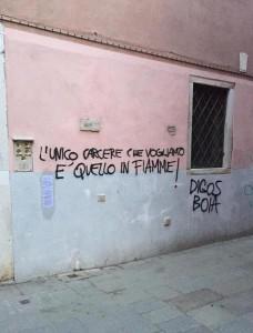 Una delle scritte lasciate dagli anarchici che hanno imperversato nel centro storico di Venezia, 05 dicembre 2015. ANSA